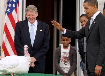 Obama graciant la dinde... toujours albinos.